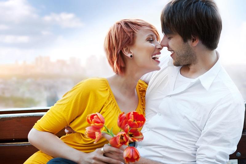 Šest znakova koji vam pokazuju da žena želi više od prijateljstva